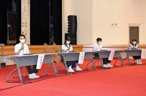 将来の町づくりについて意見を述べる中学生=上峰町民センター