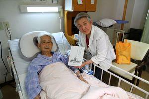記録文集を復刻した吉野ケ里遺跡全面保存会の久保浩洋会長(左)と太田記代子さん(提供写真)