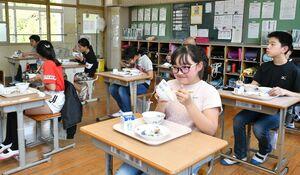 給食の時間にみんなとの食事を楽しむ児童たち。普段と違い、机は同じ向き、間隔を空けて並べられ、少し離れたクラスメートと時折談笑していた=伊万里市の大川内小(撮影者・山田宏一郎)