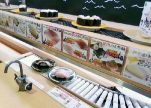 スシローの新店舗に設置された、注文した商品が席に直接届く専用レーン(下)=12日、東京・池袋