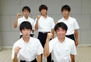 こぶしを握り気合十分。右奥は四枝郁人部長
