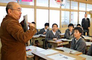 新聞の見出しについて説明を聞く児童=神埼市の千代田東部小