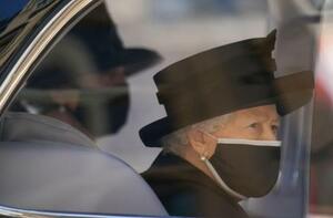 17日、英ロンドン郊外で開かれたフィリップ殿下の葬儀に出席するエリザベス女王(ロイター=共同)