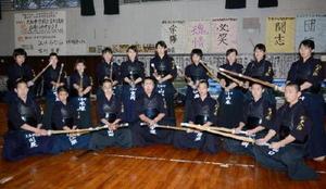 若鷲旗剣道大会で優秀な成績を収めた大和中の男女メンバー=佐賀市の大和中学校