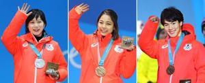 平昌冬季五輪の表彰式でメダルを授与され、笑顔の(左から)スピードスケート女子1500メートルで銀の高木美帆、ジャンプ女子で銅の高梨沙羅、フリースタイルスキー男子モーグルで銅の原大智=13日、韓国・平昌(共同)