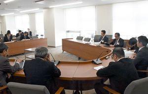 秀島敏行市長などの処分案を可決した佐賀市議会総務委員会=市議会