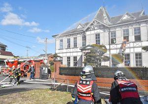 消火や2階からの負傷者救出などの訓練があった旧三菱合資会社唐津支店本館=唐津市海岸通