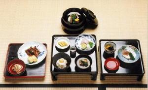 萬賄方控帳から再現した江戸時代の料理。古伊万里をはじめ、輪島漆器などが使われている