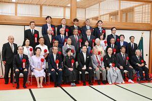 記念撮影をする県政功労者知事表彰の受章者ら=佐賀市の佐賀城本丸歴史館