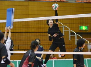 ホームゲームを控え、アタックの練習をする久光製薬のエース長岡望悠=佐賀市の県総合体育館