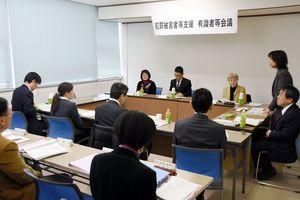 犯罪被害者支援の推進計画について議論する有識者会議の委員ら=佐賀市の佐賀県自治会館