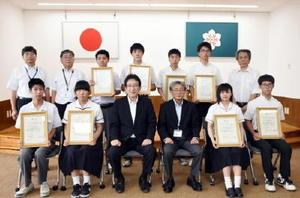 ものづくりコンテスト佐賀県大会で最優秀賞を受賞した8人と関係者ら=県庁