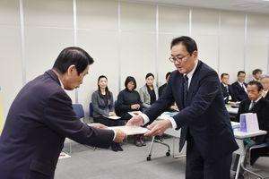 東島教育長から感謝状を受け取る岸川さん(右)=佐賀市役所大財別館
