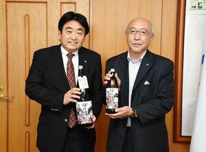 松田一也町長を表敬訪問した大口酒造の向原英作社長(右)=基山町役場