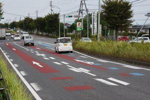 路面を塗り分けてドライバーに注意を喚起している舗装=佐賀市鍋島町の国道34号嘉瀬大橋東交差点付近