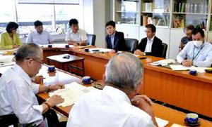 農地管理組織を巡る問題で、町議会全員協議会で今後の対応を説明した武広勇平町長(後列右から2人目)=上峰町役場