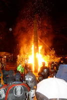 火の粉を散らしながら、勢いよく燃え上がる巨大なたいまつ=7日夜、唐津市十人町の唐津天満宮
