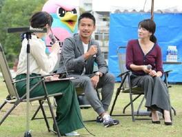 夫婦での子育てについて笑顔で語る谷口博之選手(中央)と松木里菜さん(右)=佐賀市のどん3の森