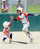 1回戦・多久中央少年-西与賀スワローズ 3点本塁打を放ち、チームメイトに迎えられる多久中央少年の嘉村=佐賀市の久保田グラウンド