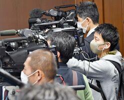 佐賀県からのコロナウイルスに関する情報を詳しく伝えるため、県庁に常駐している伊万里ケーブルテレビのカメラマン(右端)=県庁