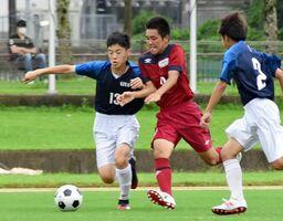 サッカー・基山-香楠 球際で激しく競り合う選手たち=鳥栖市陸上競技場