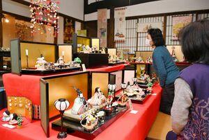 佐賀錦や鍋島小紋の衣装をまとったひな人形など約300点を展示するみやびの雛展=嬉野市塩田町のやきもの・和雑貨「志田の蔵」