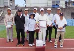 第9回伊万里眼科杯争奪GGペア大会総合優勝の林弘亮・久子ペアと上位入賞者