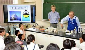 浮力の実験に注目する生徒ら=佐賀市の中川副小