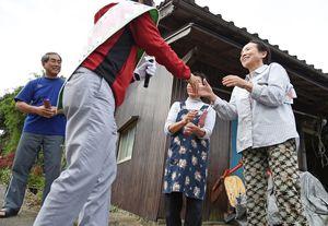 有権者と握手を交わし、支持を訴える候補者=14日午前(一部を画像加工しています、撮影・米倉義房)