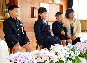 式後に記念撮影をする新入生の3人=唐津市の伊岐佐小