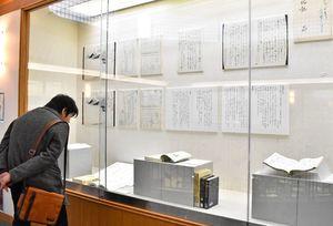 「入北記」などの資料に魅入る来場者=佐賀市立図書館