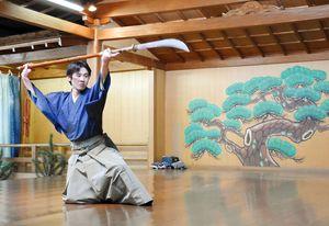 「船弁慶」の演目を披露する井内政徳さん=佐賀市松原の井内能舞台