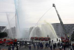 鳥栖市消防出初め式で披露された5色放水=鳥栖市役所