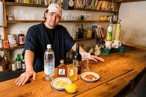 人気のレモンサワー専門店「OPEN BOOK」が監修した数量限定の「佐賀の極上レモンサワーセット」と同店オーナーの田中開さん