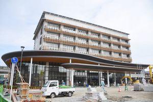 21日に落成式が行われる武雄市の新しい市庁舎=武雄市武雄町