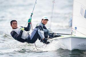 東京五輪が行われる江の島のレース海面で練習する470級男子日本代表の岡田奎樹(右、唐津西高出身)。左はパートナーの外薗潤平(撮影/中嶋一成)