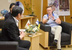 東京五輪の事前キャンプ実施に向けた視察の成果を語るフィンランドオリンピック委員会のレーナ・パーヴォライネン大会運営ディレクター(右)=県庁