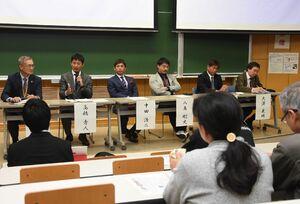 地域におけるJクラブの役割などを語るサガンの高橋秀人選手(左から2人目)、元日本代表の中田浩二氏(同3人目)ら=佐賀市の佐賀大