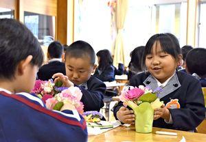 懸命に花を生ける園児たち=吉野ヶ里町の東脊振幼稚園