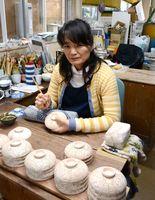 福島県白河市から戻った後、以前に働いた経験がある有田焼窯元で絵付けの仕事に就いた芝原静香さん=西松浦郡有田町