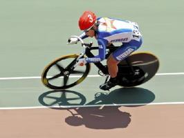 自転車スプリント5~8位決定戦 先頭をキープして5位入賞を決めた龍谷の橋本宇宙=武雄市の武雄競輪場