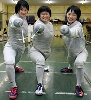 全日本フェンシング選手権の女子団体フルーレに挑む佐賀商高のメンバー。左から福永瑛美、浅川由里、岸川莉紗=佐賀市の県フェンシング場