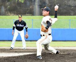現役時代と変わらぬフォームで力強い投球を見せる桑田真澄さん=伊万里市の国見台野球場