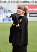 鳥栖―柏 試合前に国歌を独唱する倖田來未さん=鳥栖市のベストアメニティスタジアム
