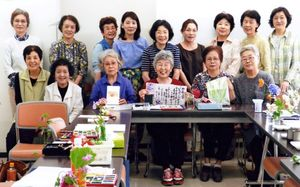 第3水曜の例会に集まった、絵手紙「根っこの会」の皆さん=神埼市中央公民館にて