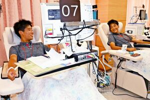 初めての献血に挑む佐賀商高サッカー部の生徒たち=佐賀市の県赤十字血液センター