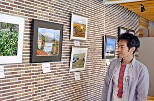 北海道の花のある風景や日常生活を写した写真が並ぶ店内=伊万里市立花町の「カフェ・ルント」