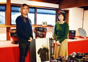 陶芸家の青木清晃さん(左)と母親の敦子さん=有田町の青木龍山窯