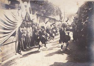 浜町は駅誘致のため鉄道大臣を招き面浮立で歓迎した(倉崎さん提供)