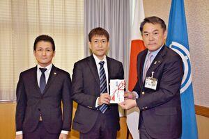 峰達郎市長へ寄付金の目録を手渡す中野和裕支部長(中央)。左は小野勇作副支部長=唐津市役所